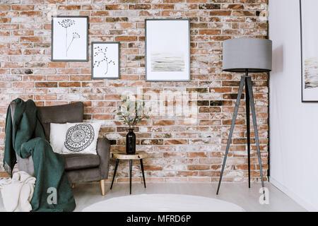 ... Grau Lampe Und Sessel Mit Weißen Kissen Auf Eine Mauer Mit Plakaten Im  Wohnzimmer Innenraum