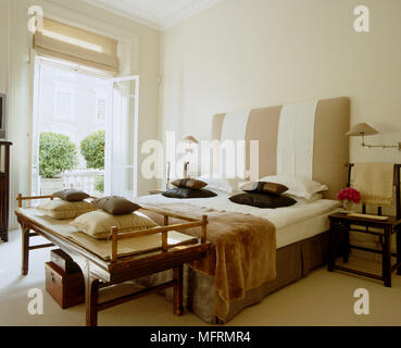Orientalischen Stil Schlafzimmer; Eine Moderne Neutral Schlafzimmer  Doppelbett Mit Gepolstertem Kopfteil Nachttisch Orientalischen Stil  Sitzbank   Stockfoto