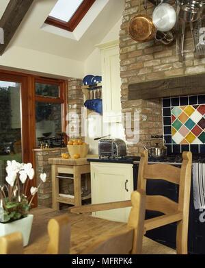... Küche Im Landhausstil Mit Pinien Esstisch Und Stühlen Und Backofen Im  Mauerwerk Aussparung,   Stockfoto