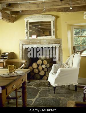 ... Land, Gelb Küche Mit Holzbalkendecke, Kamin Aus Stein Mit Gestapelten  Brennholz, Flagstone Boden