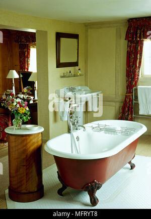 Traditionelle Gelb Badezimmer Freistehende Badewanne Kralle Füße Podest  Waschbecken Interieur Bäder Bäder Waschbecken Victorian Edwardian Periode