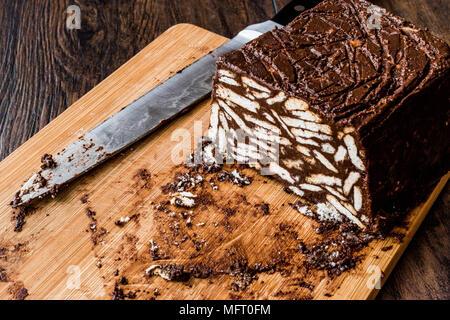 Mosaik Schokolade Und Keks Kuchen Mit Messer Auf Holz Oberflache