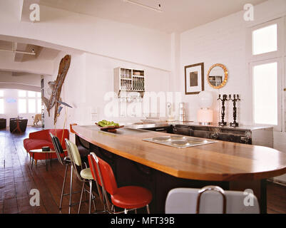 Barhocker bei Kochinsel Frühstücks-Bar in der Küche mit Holz ...