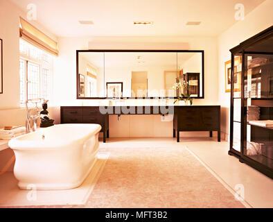... Moderne Neutrale Badezimmer Freistehende Badewanne Waschbecken In  Einheit Interieur Bäder Bäder Geräumig Braun Erde Farben Eingestellt