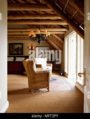 Deckenleuchte und Holzbalken an der Decke. Die Atmosphäre des ...