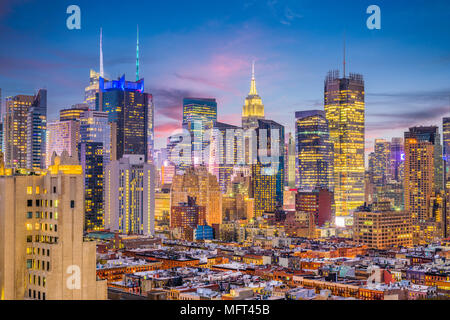 New York, New York, USA Midtown Manhattan Skyline von Hell's Kitchen am Abend. - Stockfoto