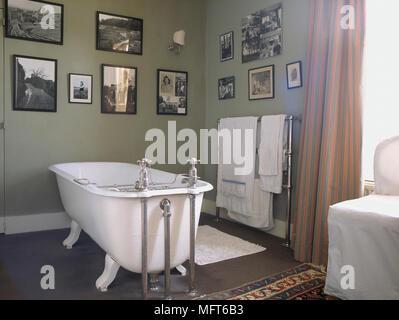 Ein Traditionelles, Grüne Badezimmer Mit Einer Freistehenden Badewanne Mit  Whirlpool, Muster, Vorhänge,
