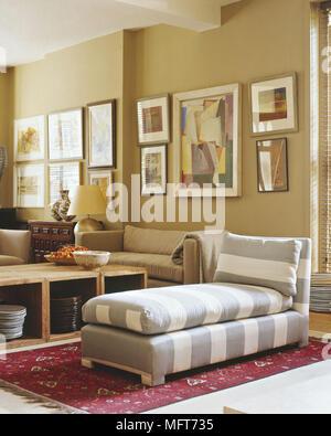 ... Wohnzimmer Mit Hellen Sofas Beigefarbenen Wänden Aufbewahrungsboxen  Striped Chaise Longue Wolldecke Gemälde Interieur Zimmer Modernes Tisch
