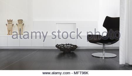 Retro style stuhl hinter dem vorhang im minimalistischen