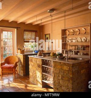 ... Zentrale Insel Mit Backsteinfassade Und In Regalen In Gelb Küche Im  Landhausstil Gebaut   Stockfoto