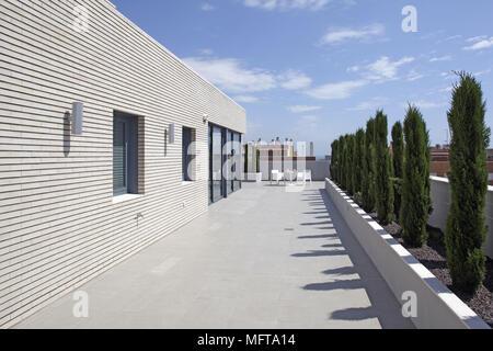 Gedeckter tisch auf moderne terrasse stockfoto bild for Modernes haus mit terrasse