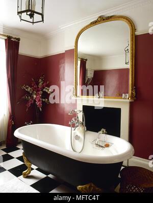Traditionelle, Rot Badezimmer Mit Freistehender Badewanne, Schwarz Und Weiß  Gefliesten Fußboden Und Einem Vergoldeten