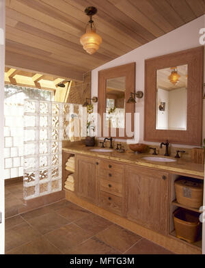 Moderne Duschkabine Im Badezimmer · Landhausstil Badezimmer Mit 2  Waschbecken Und Dusche Hinter Glas Ziegel USA   Stockfoto