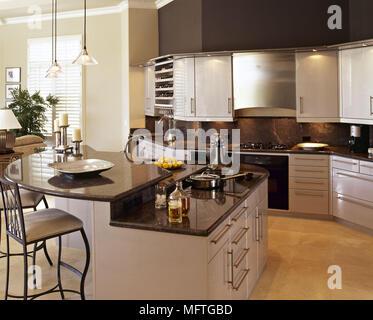 ... Moderne Offene Küche Mit Kochinsel Und Schwarzem Granit Arbeitsplatten    Stockfoto