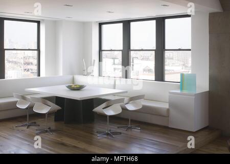... Stühle Und Sitzbänke Um Den Tisch Im Modernen Frühstücksraum   Stockfoto