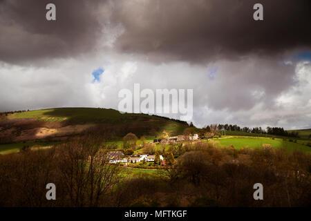Bewölkt stürmischen Wetter über ein Dorf - Stockfoto