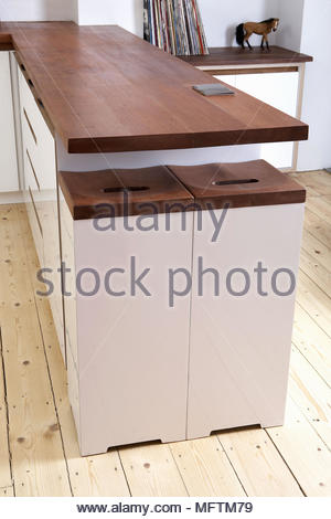 Holzstühle auf Insel Einheit mit Holz Arbeitsplatte in modernen ...