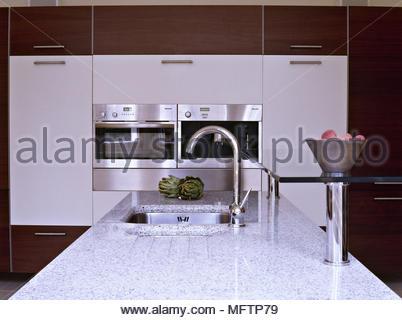 ... Moderne Küche Weiße Einheiten Edelstahl Backofen Granit Arbeitsplatte  Spüle Armaturen Chrom Interieur Zimmer Die Küchen Integrierten