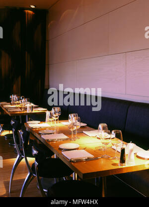 ... Detail Der Tabellen Im Tower Restaurant Mit Tisch Einstellungen Moderne  Stühle Und Sitzbänke.   Stockfoto