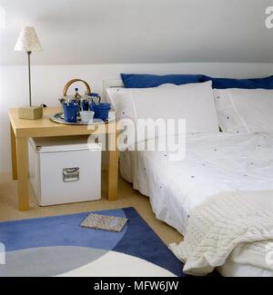 Moderne Schlafzimmer Mit Dachschräge Niedrig Bett Holz  Seite Tabelle Und  Grafik Wolldecke.   Stockfoto