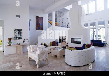 ... Geräumige Und Moderne Zimmer Mit Weißen Wänden Und Gemusterten Sofas  Skulpturale Kamin Schornstein Fensterwand Und Offene