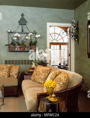 Grüne Sofa im Landhausstil Wohnzimmer Stockfoto, Bild: 224402079 - Alamy