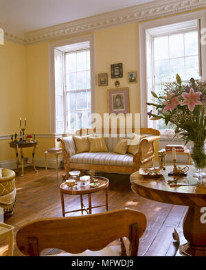 Gelbe Wohnzimmer Mit Holzfußboden, Biedermeier Sofa Mit Gestreiften  Polstern,   Stockfoto