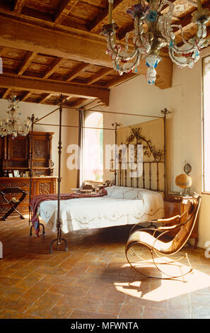 Antike schmiedeeiserne Himmelbett im rustikalen Schlafzimmer - Stockfoto