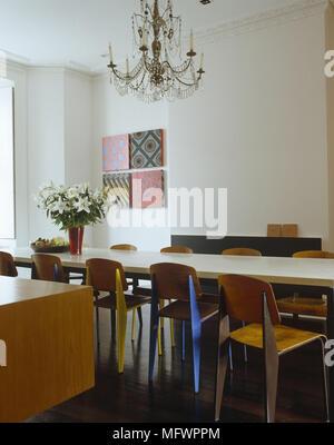 Esszimmer Mit Antiken Kronleuchter über Esstisch Mit Stühlen Aus Holz Mit  Leinwand Kunstwerk An Der Wand