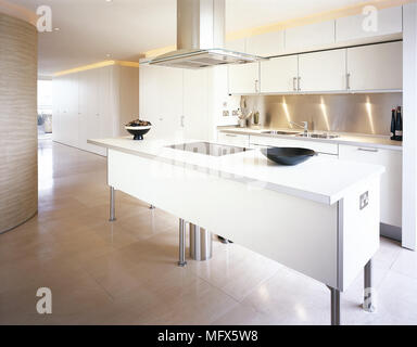 Moderne weiße Küche mit Edelstahl-Insel Kochfeld und Dunstabzug ...