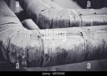 Rostige alte Heizung Kühlung Wasser Wasserleitungen mit Ventilen im Krankenhaus. - Stockfoto