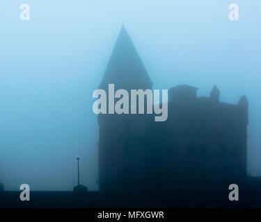 Die einzigen weißen Fenster in einem düsteren Haus - Stockfoto