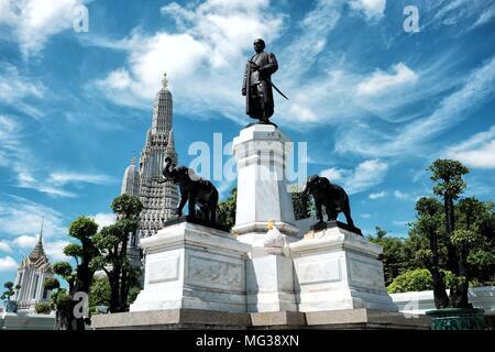 BANGKOK, THAILAND - 04. SEPTEMBER 2017: König Rama II Denkmal, Es befindet sich in der Vorderseite des Wat Arun Tempel (Tempel der Morgenröte). Er war der zweite Monarch von - Stockfoto