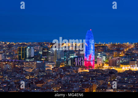 Malerische Luftaufnahme der Stadt Barcelona Wolkenkratzer und Skyline bei Nacht in Barcelona, Spanien. - Stockfoto