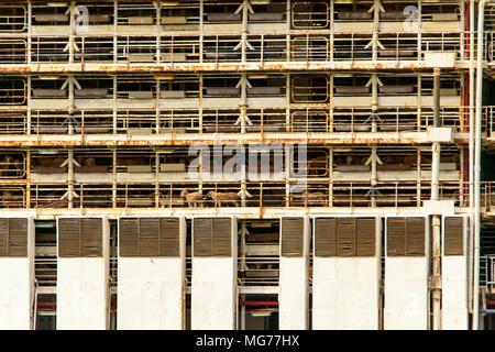 Port Adelaide, Australien 28. April 2018. Die kontroverse Tiere Träger Bader III Blätter Adelaide für Fremantle mit Schafen und Vieh nach rowdy Tierschutz Proteste über Grausamkeit Ansprüche geladen. Schafe können sich an den Decks gesehen werden. Ray Warren/Alamy leben Nachrichten - Stockfoto