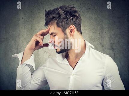 Formale Mann berühren Stirn tief Denken und auf der Suche nach Lösung. - Stockfoto