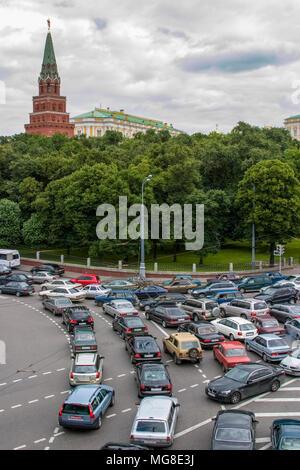 Stau in Moskau in der Nähe des Kreml; Borovitskaya Turm im Kreml im Hintergrund. - Stockfoto