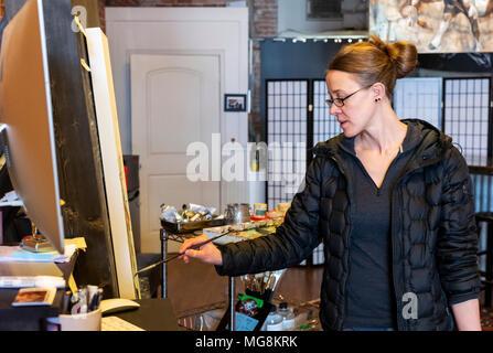 Bildende Künstlerin Katie Maher erstellen ein Ölgemälde in Ihrer Galerie; Salida, Colorado, USA - Stockfoto