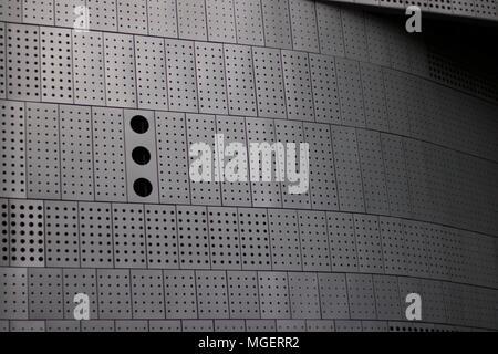 Foto von einer Wand aus gelochten Blechen mit Löchern in verschiedenen Größen - Stockfoto
