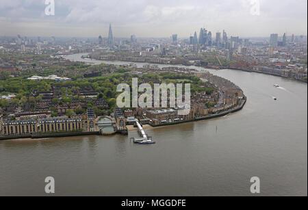 Hohe Aussicht auf die Themse von Canary Wharf entfernt in Richtung der Stadt London. Aufstellungsort des vorgeschlagenen neuen Zyklus/Fußgänger-Brücke über den Fluss. - Stockfoto