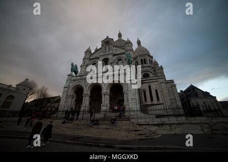 Ein Blick von der Schritte bis auf Sacré-coeur in Paris. Die Schritte vor Sacré-Coeur. Die Basilika des Heiligen Herzen von Paris. - Stockfoto
