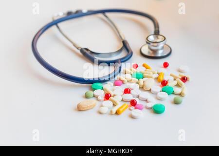 Pillen in verschiedenen Farben auf einem Tisch Stockfoto, Bild ...