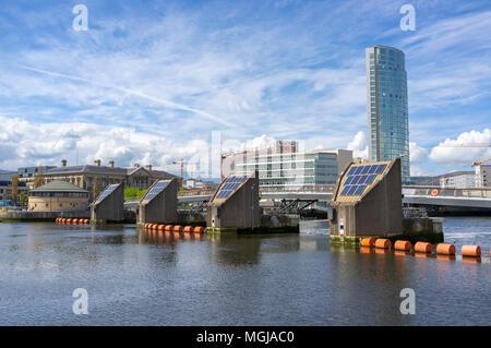 Der Lagan Wehr, Belfast. Der Obel Gebäude kann nach rechts und das Custom House auf der linken Seite gesehen werden. - Stockfoto