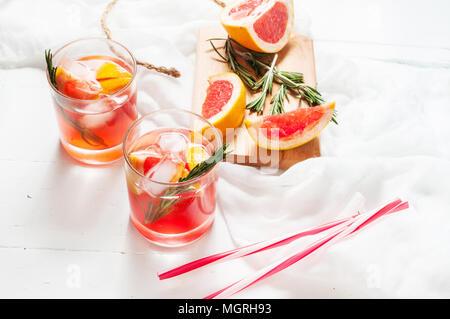Grapefruit und Rosmarin Gin Cocktails, erfrischenden Drink mit Eis. - Stockfoto