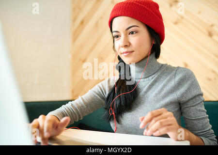 Junge Frau Blogging in Cafe - Stockfoto