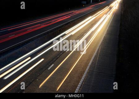 Weiß die Frontscheinwerfer sowie die roten Rückleuchten auf der Autobahn bei Nacht in Bewegung - Stockfoto