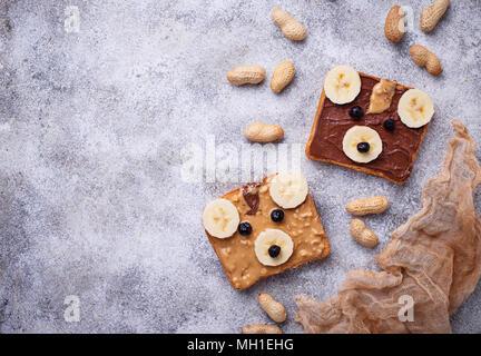 Sandwiches mit Erdnussbutter und Schokoladencreme in Form von Bear - Stockfoto