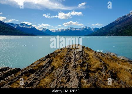 Ein Blick auf den wunderschönen Lago Argentino in argentinischen Patagonien, mit dem Rücken zu den berühmten Gletscher Perito Moreno. - Stockfoto