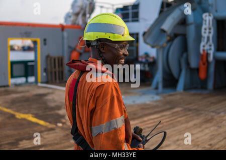 Seemann AB oder bootsmann an Deck von offshore Schiff oder auf dem Schiff, PPE tragen - Stockfoto