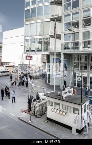 Während des 'Kalten Krieges' der Checkpoint Charlie war einer der bekanntesten Grenzübergänge in der Welt werden. Heutzutage ist es eine große Touristenattraktion in - Stockfoto